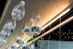 Μπουκάλι νερό που επιπλέει και που ενεργεί ως τέχνη εγκαταστάσεων Στοκ Εικόνες