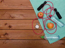 Μπουκάλι νερό χρονομέτρων με διακόπτη μήλων πετσετών και πηδώντας σχοινί Στοκ φωτογραφία με δικαίωμα ελεύθερης χρήσης