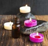 Μπουκάλι ουσίας Aromatherapy με το κάψιμο κεριών μυρωδιάς Στοκ φωτογραφία με δικαίωμα ελεύθερης χρήσης
