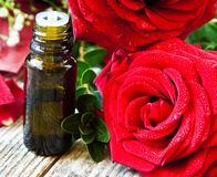 Μπουκάλι ουσιαστικού πετρελαίου τριαντάφυλλων Στοκ Εικόνες