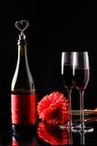 Μπουκάλι, λουλούδι, γυαλιά στον πίνακα Στοκ Εικόνες