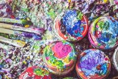 Μπουκάλι πινέλων και χρωμάτων με το ζωηρόχρωμο σημείο χρωμάτων στην κυματωγή Στοκ Εικόνα