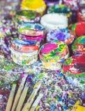 Μπουκάλι πινέλων και χρωμάτων με το ζωηρόχρωμο σημείο χρωμάτων στην κυματωγή Στοκ Εικόνες