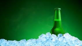 Μπουκάλι της κρύας μπύρας στον πάγο Στοκ φωτογραφία με δικαίωμα ελεύθερης χρήσης