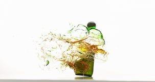 Μπουκάλι της μπύρας που σπάζει και που καταβρέχει στο άσπρο κλίμα, απόθεμα βίντεο