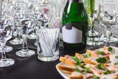 Μπουκάλι της σαμπάνιας με τα γυαλιά Στοκ Εικόνες