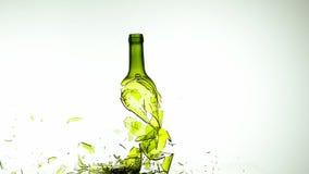 Μπουκάλι του άσπρου κρασιού που σπάζει και που καταβρέχει στο άσπρο κλίμα, φιλμ μικρού μήκους