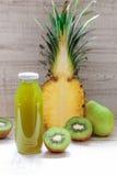 Μπουκάλι του ακτινίδιου, ανανάς, χυμός αχλαδιών Στοκ φωτογραφία με δικαίωμα ελεύθερης χρήσης