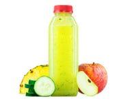 Μπουκάλι του ανανά, της Apple, και του χυμού αγγουριών Στοκ Εικόνες