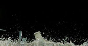Μπουκάλι του γάλακτος που εκρήγνυται στο μαύρο κλίμα απόθεμα βίντεο