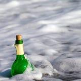 Μπουκάλι του κρασιού στην κυματωγή θάλασσας Στοκ φωτογραφία με δικαίωμα ελεύθερης χρήσης