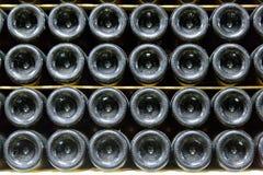 Μπουκάλι του κρασιού στο κελάρι κρασιού Στοκ Εικόνες