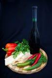 Μπουκάλι του κρασιού, του τυριού, του πιπεριού και του μαϊντανού. Στοκ Φωτογραφία