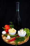Μπουκάλι του κρασιού, του τυριού, του πιπεριού και του μαϊντανού. Στοκ εικόνα με δικαίωμα ελεύθερης χρήσης