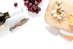 Μπουκάλι του κόκκινου κρασιού με το τυρί και του σταφυλιού aperitive στο άσπρο διάστημα υποβάθρου για τη τοπ άποψη κειμένων Στοκ φωτογραφία με δικαίωμα ελεύθερης χρήσης