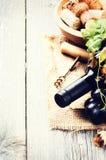 Μπουκάλι του κόκκινου κρασιού με το φρέσκο σταφύλι Στοκ εικόνα με δικαίωμα ελεύθερης χρήσης