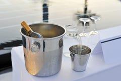 Μπουκάλι των γυαλιών και της λίμνης κρασιού Στοκ εικόνες με δικαίωμα ελεύθερης χρήσης