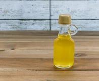 Μπουκάλι argan του πετρελαίου στον ξύλινο πίνακα Στοκ εικόνες με δικαίωμα ελεύθερης χρήσης