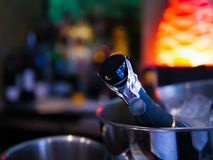 Μπουκάλι CHAMPAGNE στο δοχείο ψύξης πάγου Στοκ Εικόνα