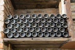 μπουκαλιών άνευ ραφής κρασί κεραμιδιών ραφιών τετραγωνικό Στοκ φωτογραφία με δικαίωμα ελεύθερης χρήσης