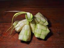 Μπουλέττα ρυζιού Ketupat στο ξύλινο υπόβαθρο στοκ φωτογραφία με δικαίωμα ελεύθερης χρήσης