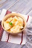 Μπουλέττες, που γεμίζουν με την πατάτα και που εξυπηρετούνται με το τηγανισμένο κρεμμύδι Varenyky, vareniki, pierogi, pyrohy Στοκ εικόνες με δικαίωμα ελεύθερης χρήσης