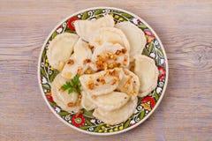 Μπουλέττες, που γεμίζουν με την πατάτα και που εξυπηρετούνται με το τηγανισμένο κρεμμύδι Varenyky, vareniki, pierogi, pyrohy στοκ φωτογραφία με δικαίωμα ελεύθερης χρήσης