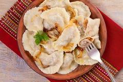 Μπουλέττες, που γεμίζουν με το κρέας βόειου κρέατος και που εξυπηρετούνται με το τηγανισμένο κρεμμύδι Varenyky, vareniki, pierogi στοκ φωτογραφίες με δικαίωμα ελεύθερης χρήσης