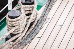 Μπουλόνι λιμενικών μαρινών με το σχοινί Στοκ Φωτογραφίες