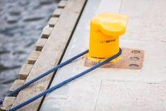 Μπουλόνι λιμενικών μαρινών με το σχοινί Στοκ φωτογραφίες με δικαίωμα ελεύθερης χρήσης