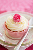 Μπουμπούκι τριαντάφυλλου cupcake Στοκ Εικόνα