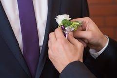 Μπουτονιέρα στον καθιερώνοντα τη μόδα νεόνυμφο στο γάμο Στοκ φωτογραφίες με δικαίωμα ελεύθερης χρήσης