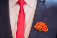 Μπουτονιέρα στον καθιερώνοντα τη μόδα νεόνυμφο στο γάμο Στοκ Εικόνα