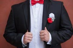 Μπουτονιέρα στον καθιερώνοντα τη μόδα νεόνυμφο στο γάμο Στοκ εικόνες με δικαίωμα ελεύθερης χρήσης