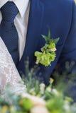 Μπουτονιέρα στον καθιερώνοντα τη μόδα νεόνυμφο στο γάμο Στοκ εικόνα με δικαίωμα ελεύθερης χρήσης