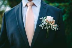 Μπουτονιέρα στο κοστούμι νεόνυμφων ` s Στοκ εικόνα με δικαίωμα ελεύθερης χρήσης
