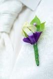 Μπουτονιέρα του όμορφου νεόνυμφου στοκ εικόνα
