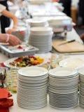 Μπουφές με τα πιάτα σε έναν μεγάλο εορτασμό Στοκ Φωτογραφίες