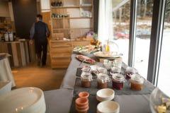 Μπουφές προγευμάτων Εξυπηρετημένοι για όλους breakfastSelf-υπηρεσιών μπορείτε να φάτε τον μπουφέ Στοκ φωτογραφία με δικαίωμα ελεύθερης χρήσης