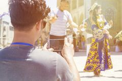 ΜΠΟΥΧΑΡΑ, ΟΥΖΜΠΕΚΙΣΤΑΝ - 25 ΜΑΐΟΥ 2018: Μετάξι και φεστιβάλ 2018 καρυκευμάτων Νεαρός άνδρας που παίρνει selfie με τους bukharian  στοκ εικόνες με δικαίωμα ελεύθερης χρήσης