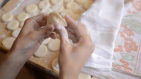 Μπουλέττες με τις πατάτες στον πίνακα με το αλεύρι και τη ζύμη φιλμ μικρού μήκους