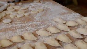 Μπουλέττες με τις πατάτες στον πίνακα με το αλεύρι και τη ζύμη απόθεμα βίντεο