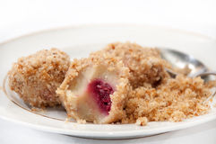 Μπουλέττες με crumbs ψωμιού και κεράσια με ένα κουτάλι σε ένα λευκό Στοκ Εικόνες