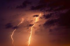 Μπουλόνια αστραπής ενάντια στο σκηνικό ενός thundercloud Στοκ εικόνα με δικαίωμα ελεύθερης χρήσης