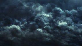 Μπουλόνια αστραπής και σκοτεινός ουρανός