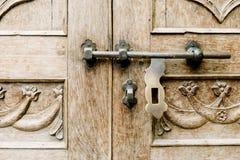 Μπουλόνια με την εκλεκτής ποιότητας ξύλινη πόρτα Στοκ Εικόνα