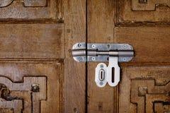 Μπουλόνια με την εκλεκτής ποιότητας ξύλινη πόρτα Στοκ φωτογραφία με δικαίωμα ελεύθερης χρήσης