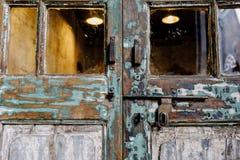 Μπουλόνια με την εκλεκτής ποιότητας ξύλινη πόρτα Στοκ εικόνες με δικαίωμα ελεύθερης χρήσης