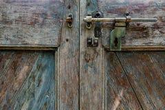 Μπουλόνια με την εκλεκτής ποιότητας ξύλινη πόρτα Στοκ εικόνα με δικαίωμα ελεύθερης χρήσης