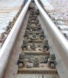 μπουλόνια που εξασφαλίζουν τις ράγες στους κοιμώμεούς στην κατεύθυνση σιδηροδρόμων Στοκ Εικόνες
